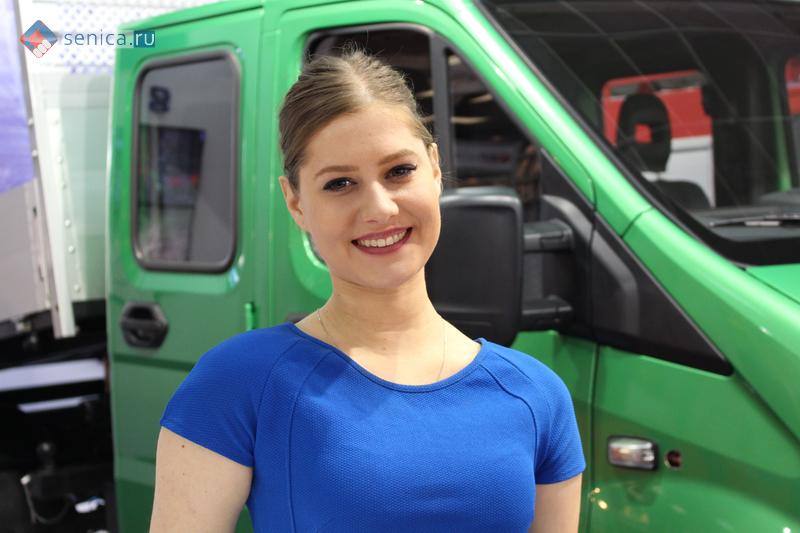 Промо-девушка компании ГАЗ на автосалоне в Белграде