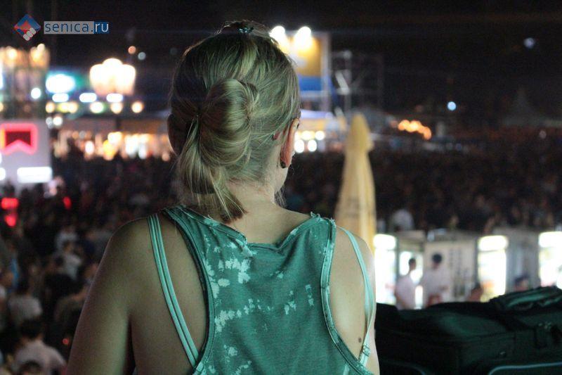 Девушка на концерте в Белграде