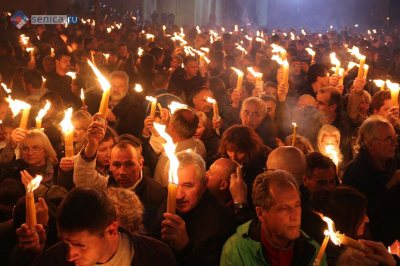 Благодатный огонь во второй раз доставлен в Сербию