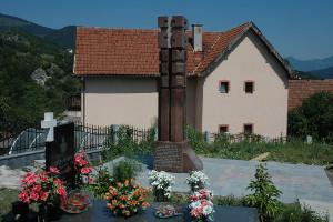 Находящийся на церковном кладбище Вишеграда, памятник русским добровольцам