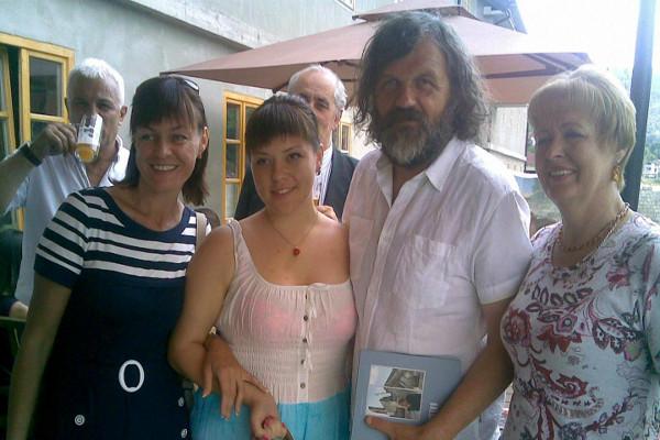 Кинорежиссер Эмир Кустурица с членами делегации семей погибших русских добровольцев в ходе торжественного открытия Андричграда  28 июня 2013 года