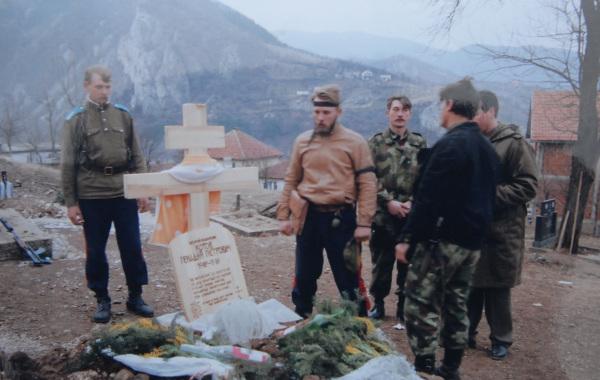 Казаки у могилы своего атамана Геннадия Котова на церковном кладбище Вишеграда в 1993 году