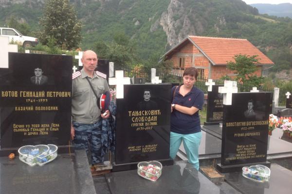 Члены делегации семей погибших русских добровольцев  у памятника погибшим русским добровольцам в Вишеграде