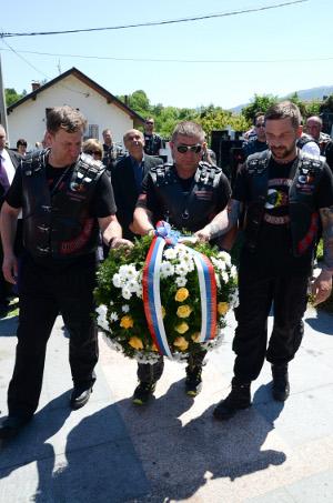 Члены сербского байкерского клубы «Ночные волки» у памятника погибшим русским добровольцам на церковном кладбище Вишеграда 28 июня 2013 года