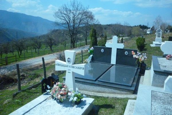 Могила командира отряда русских добровольцев Александра Александрова на церковном кладбище прихода в селе Хреш