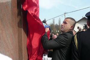 Бывший командир «интервентной» роты Вишеградской бригады Бобан Инджич открывает памятник русским добровольцам на «военном»  кладбище Вишеграда 5-го ноября 2011 года