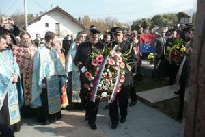 Почетный караул МВД Республики Сербской возглагает венок к памятнику русским добровольцам