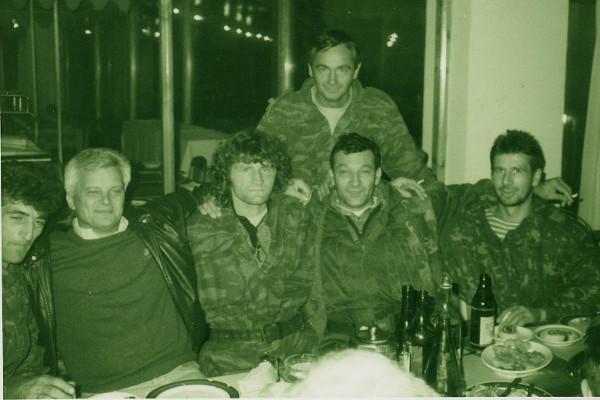 Погибший в 1994 году русский доброволец капитан УВД Красноярска Алексей Тамилин (крайний справа) с военнослужащими корпуса «Белые волки»