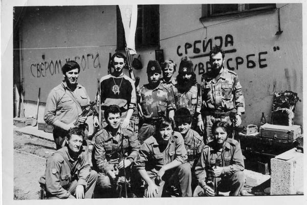 Военнослужащие противотанковой роты 3-го пехотного батальона 1-й моторизованной бригады во главе с капитаном и «четническим воеводой» Славко Алексичем в районе Еврейского кладбища в 1992 году