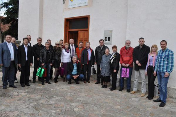 Делегация семей и бывших добровольцев с сербами перед Ветеранской организацией Вишеграда в 2013 году
