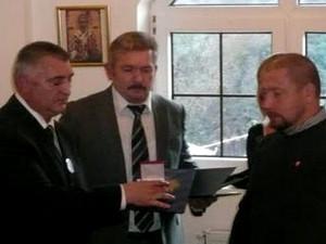 Чургуз и Перендия вручают благодарность Илье Юрову
