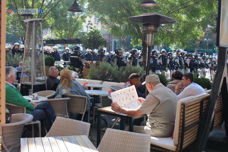 Белградское кафе во время проведения гей-парада