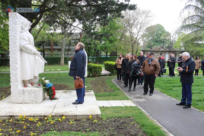 Возложение цветов к памятнику Красноармейцу