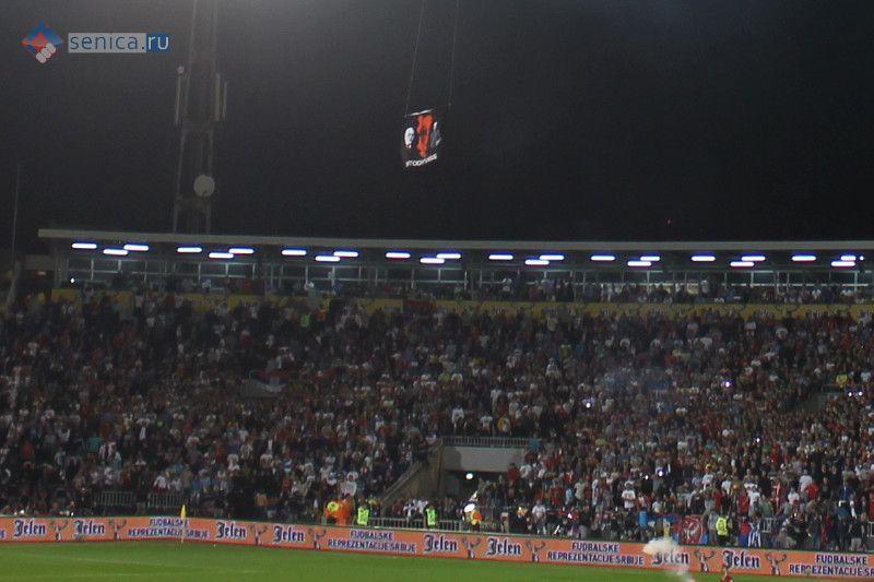Баннер с флагом в виде карты Великой Албании над стадионом в Белграде