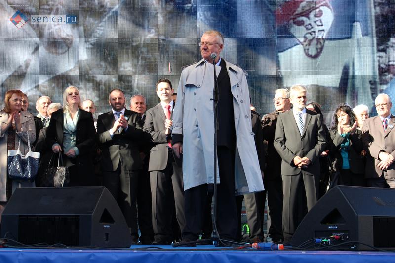 Лидер СРП Воислав Шешель на митинге в Белграде