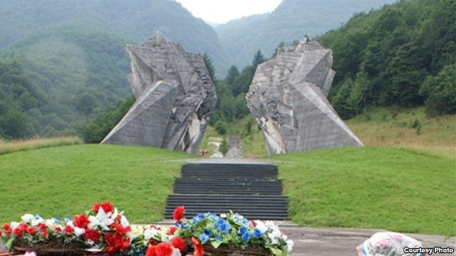 Монумент в Тьентиште, на месте битвы в долине реки Сутьеска в Боснии в 1943 г.