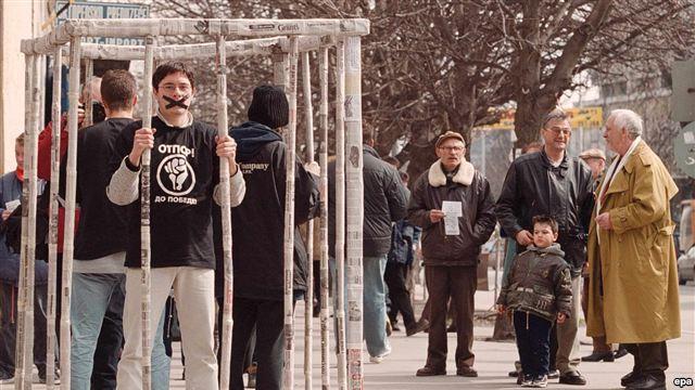"""Члены движения """"Отпор"""" в клетке из газетной бумаги в городе Панчево - в поддержку свободы прессы, 21 марта 2000 г."""