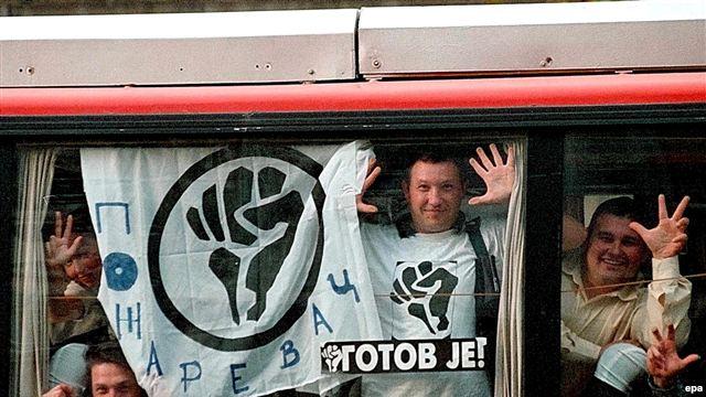 Члены движения Отпор из города Пожаревац на пути в Белград 27 сентября 2000 г.