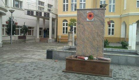 Полиция Сербии арестовала сербов, пытавшихся снести памятник албанским террористам