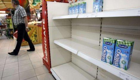 Из сербских магазинов изымаются сомнительные партии молока